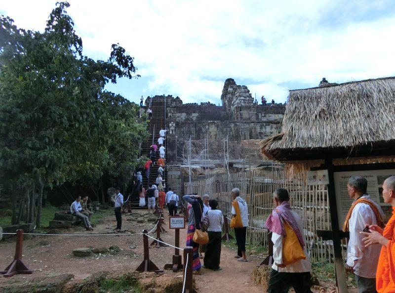 Die letzten Stufen zum Tempel Phnom Bakheng