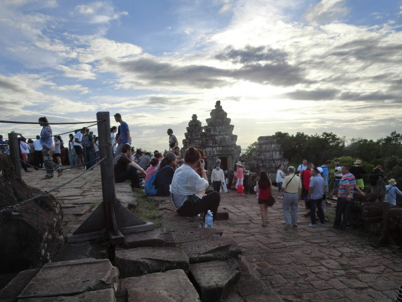 Menschen auf Phnom Bakheng bei Sonnenuntergang