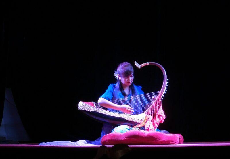 Eine Frau mit Harfe bei den Mandalay Marionettes