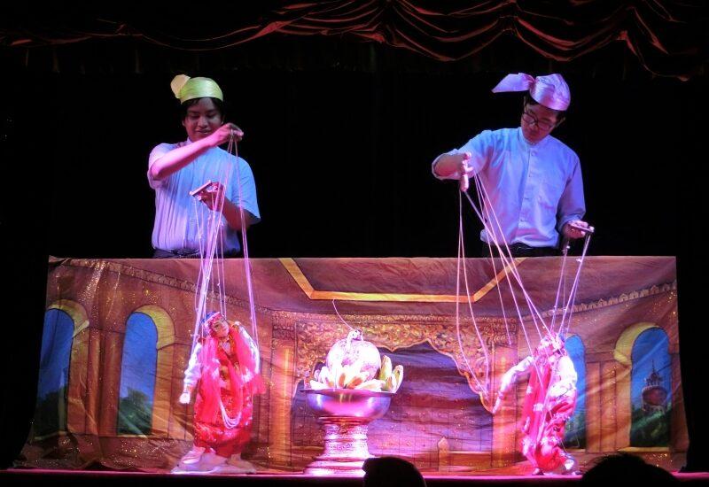 Puppenspieler bei den Mandalay Marionettes einer der Mandalay Sehenswürdigkeiten