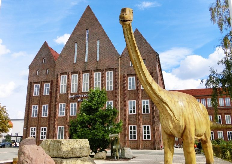 Eingang mit Dinosaurier vom Naturhistorischen Museum Braunschweig