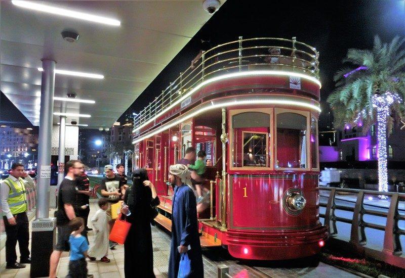 Mit der Trolley Straßenbahn durch Dubai mit Kind