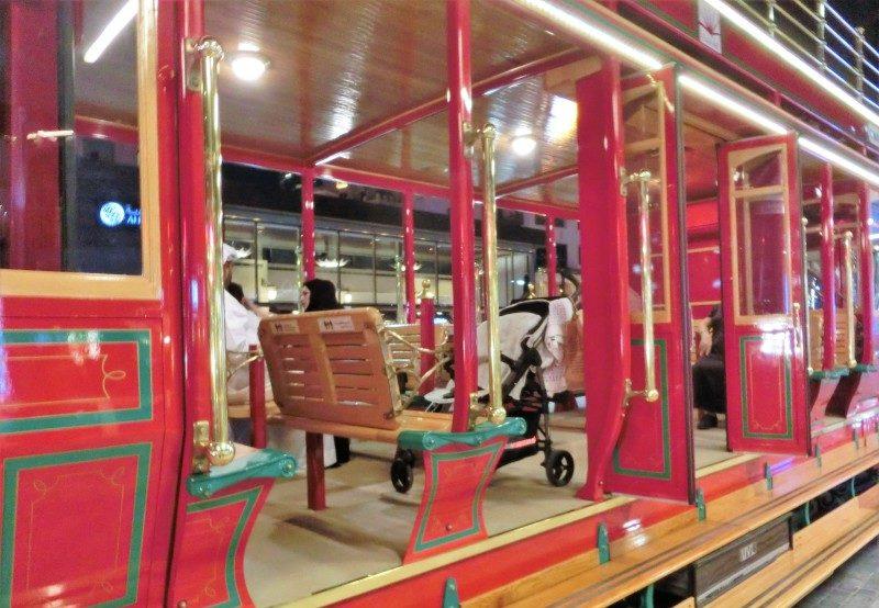 In der Trolley Straßenbahn in Dubai mit Kind