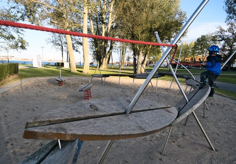 Spielplatz mit Surfbrettern in Heiligenhafen im Familienurlaub an der Ostsee