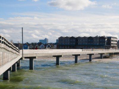 Aussicht von Seebrücke in Heiligenhafen mit Kindern