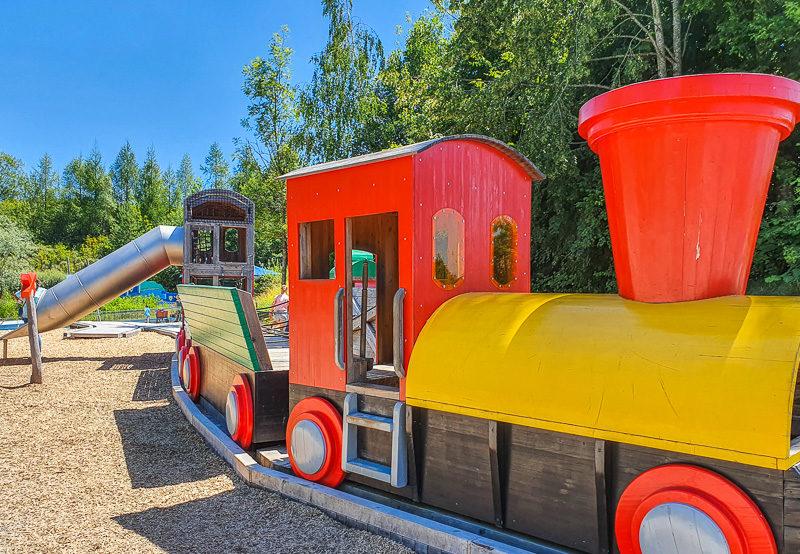 Eisenbahn auf dem BRIO Spielplatz im Ravensburger Spieleland