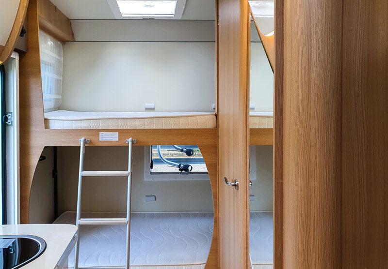 Ein Etagenbett im Wohnmobil für Familiencamping