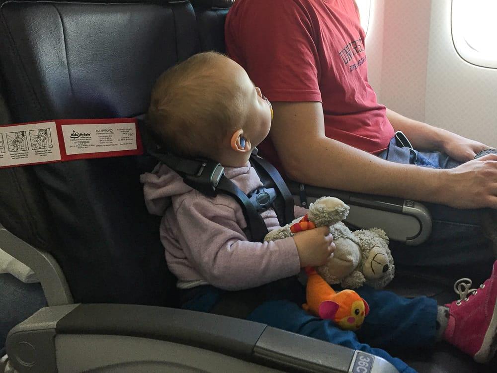 Cares Gurt in der Praxis beim Fliegen mit Kleinkind