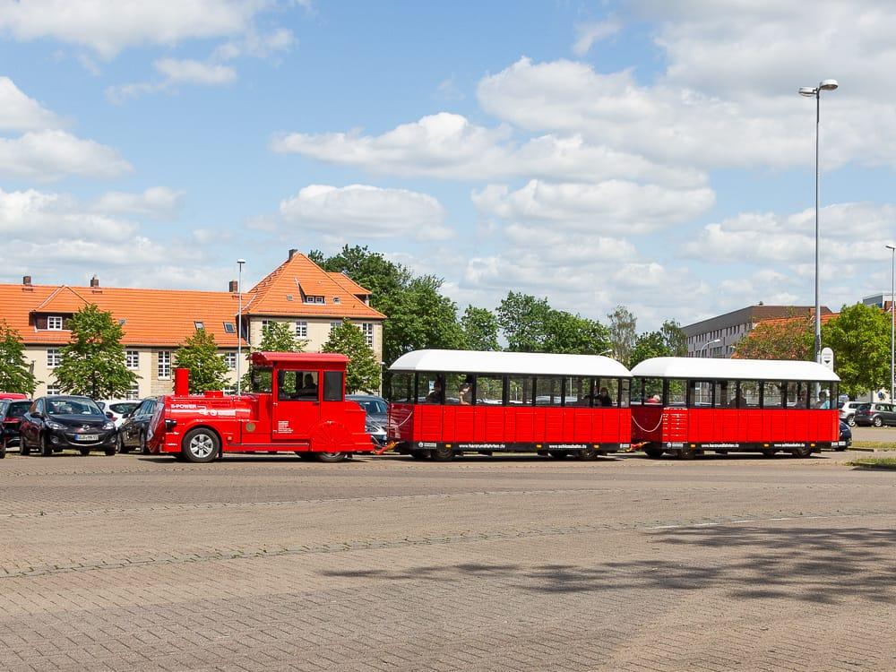 Fahrt mit der Wernigeröder Bimmerbahn beim Ausflug vom Hasseröder Ferienpark