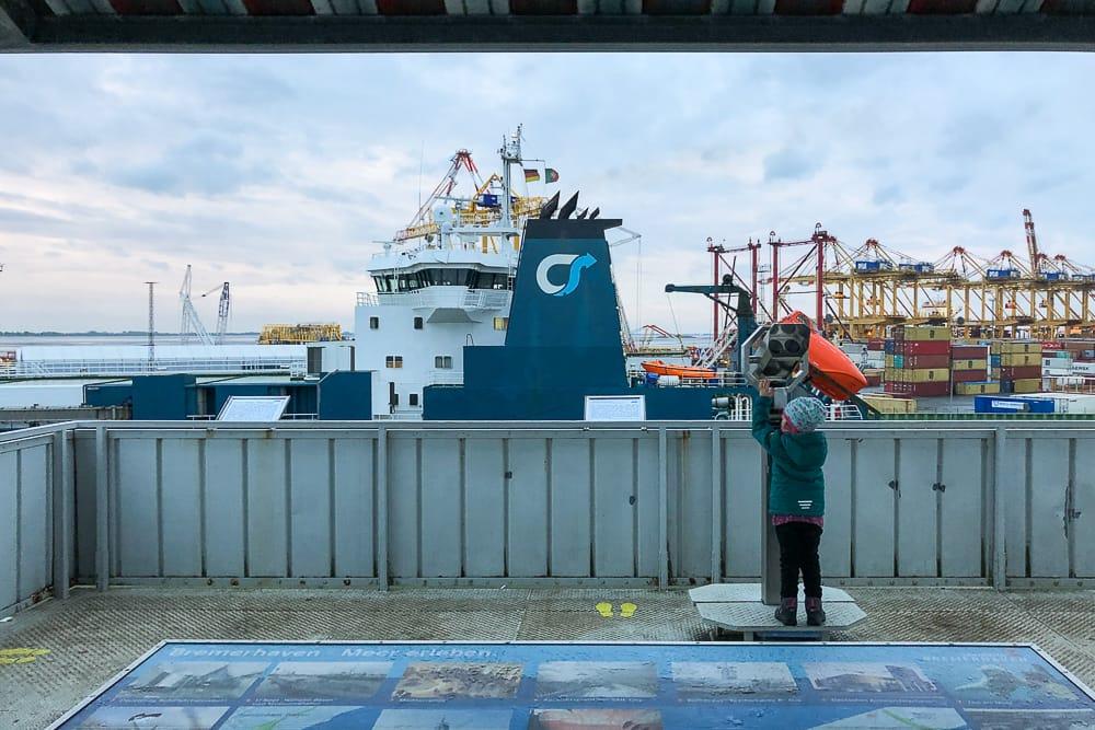 Auf dem Container Aussichtspunkt Bremerhaven mit Kind