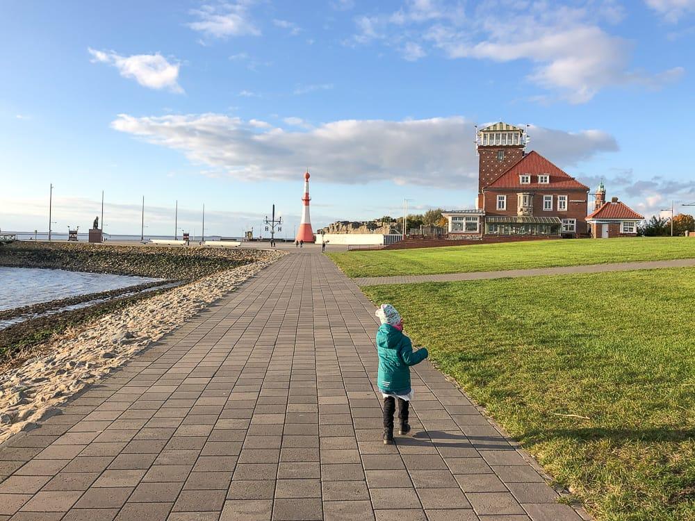 Spaziergang über die Deichpromenade Bremerhaven Sehenswürdigkeiten mit Kind
