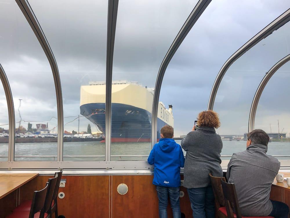 Eine Familie auf einer Hafenrundfahrt Bremerhaven mit Kind