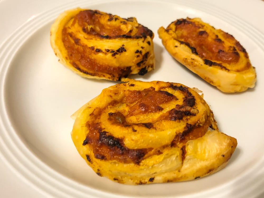 Herzhafte Snacks und Blätterteig Fingerfood wie Blätterteigschnecken