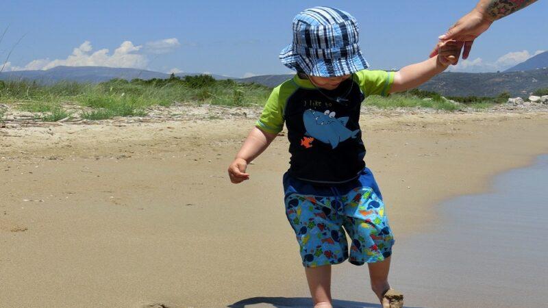 Optimal ausgerüstet: Sonnenschutz Strand für Kinder mit UV-Kleidung