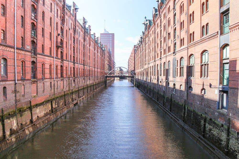 Fahrt durch die Speicherstadt bei einer Stadtrundfahrt Hamburg