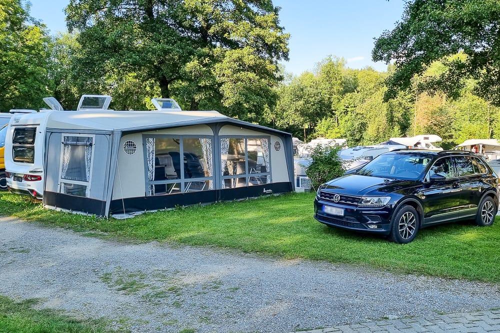 Mietwohnwagen auf einem Campingplatz Fendt Familienwohnwagen