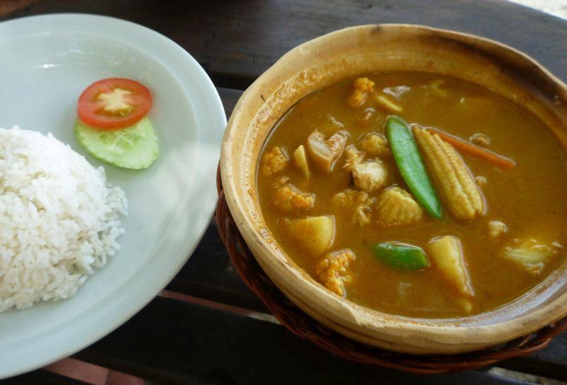 Thai Gerichte Thai Curry Massamam, Kaeng Kari (gelbes Curry), Kaeng Khiao Wan (Grünes, süßes Curry), Kaeng Phaed (Rotes Curry), Kaeng Phanaeng (mildes Curry)