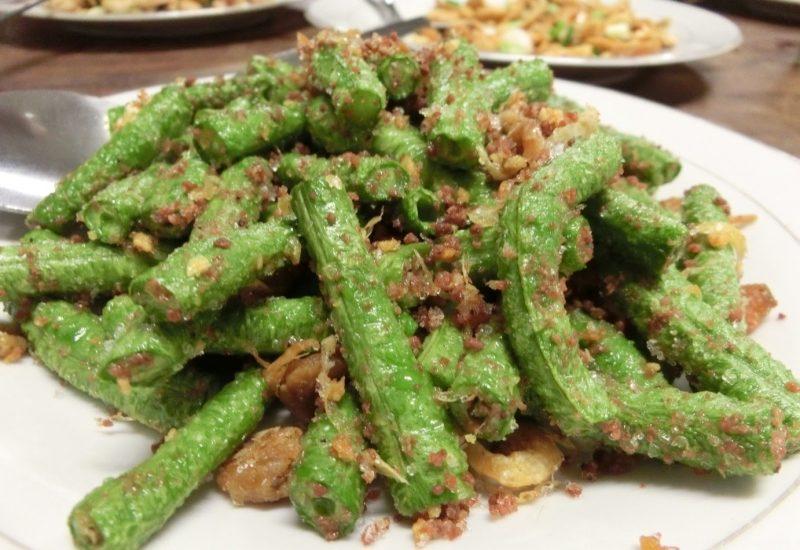 Thai Gericht Stir fried stringbeans sauteed with shrimp paste, ein Gericht aus der Region Chanthaburi.